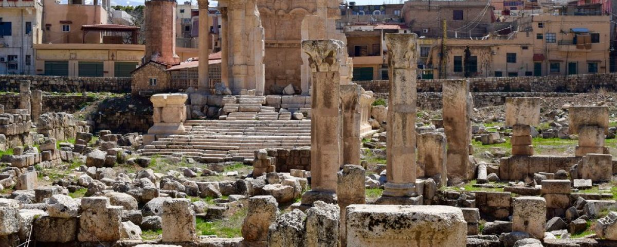 Ruins+next+to+the+modern+city+of+Baalbek